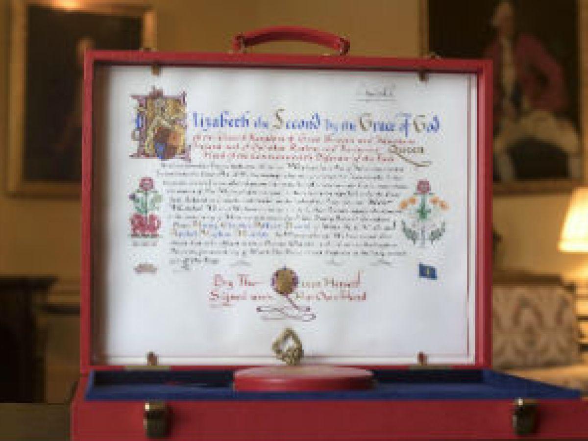 La reina Elizabeth II da su consentimiento oficial a la boda real