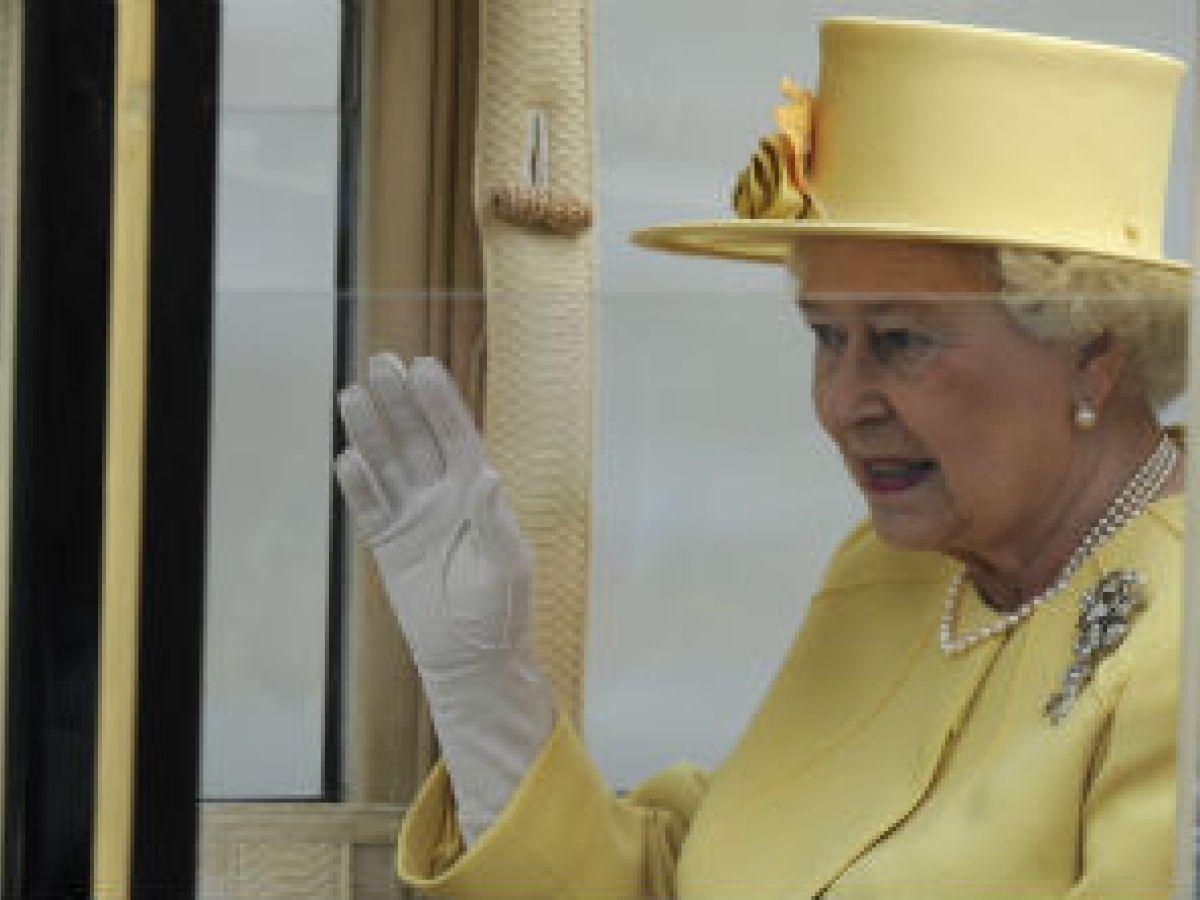 Revelan que Elizabeth II tiene una mano postiza para saludar a la gente
