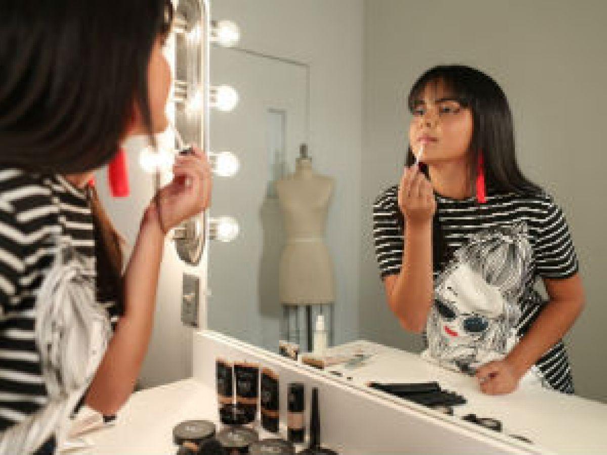 Una joven anhela enseñar a personas sordas a maquillarse