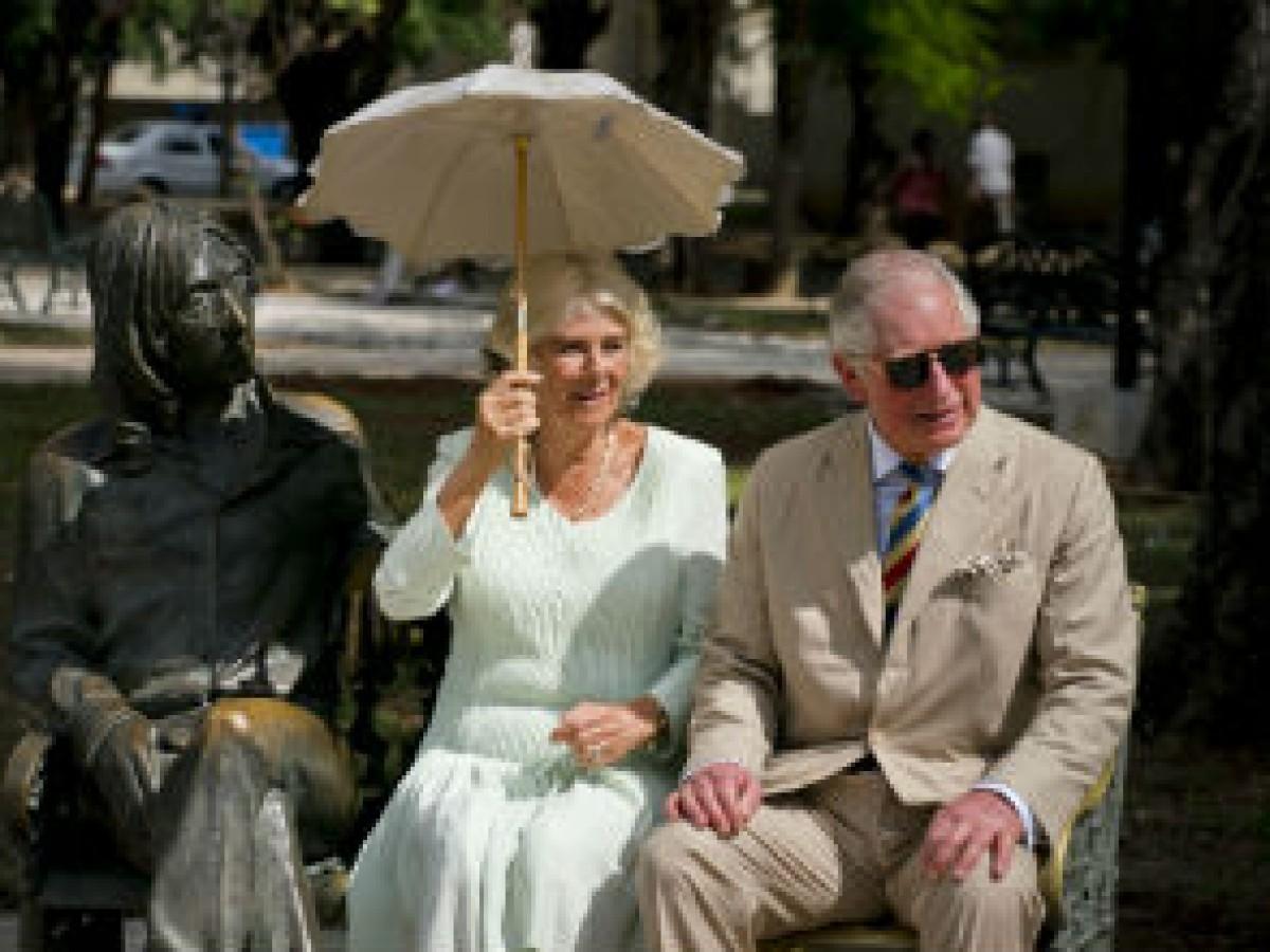 Al son de los Beatles y en un auto antiguo, el príncipe Charles y Camila pasean por La Habana