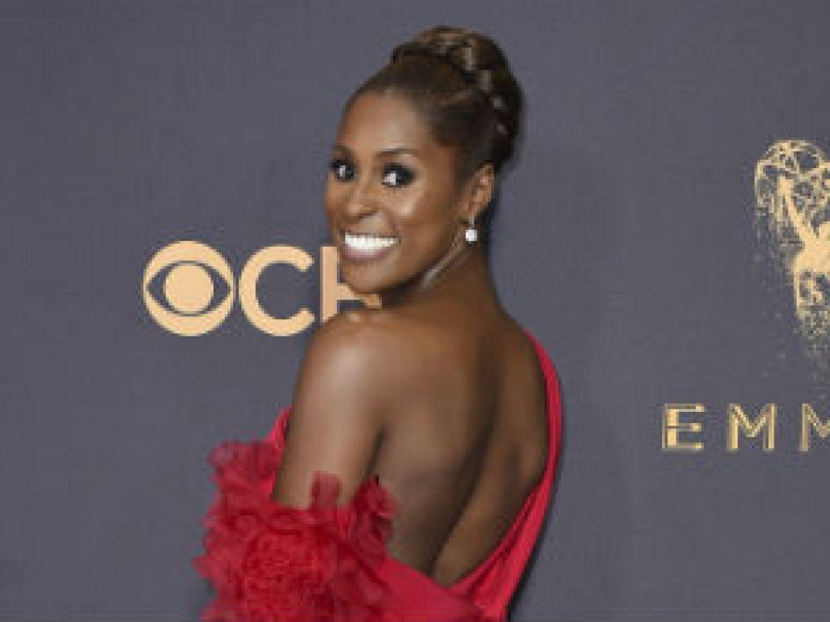 Issa Rae llega en rojo venganza a la ceremonia de los Emmy