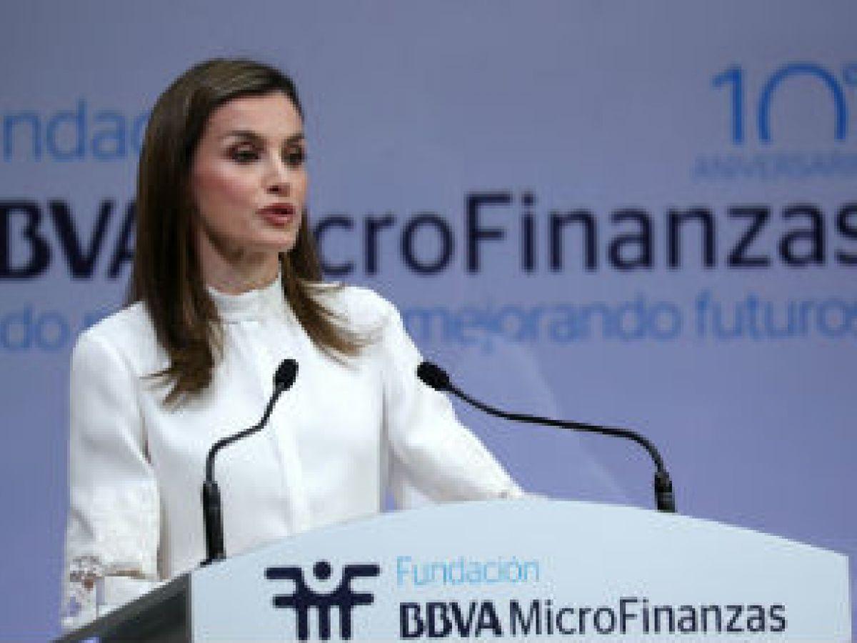 La reina Letizia defiende las ayudas financieras para mujeres latinas vulnerables