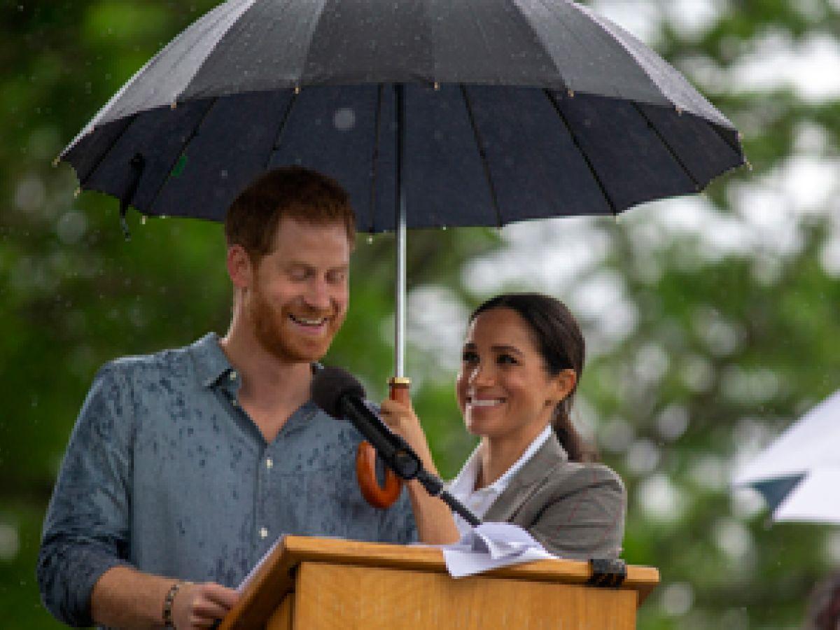 La lluvia recibe a Harry y Meghan en ciudad australiana golpeada por sequía