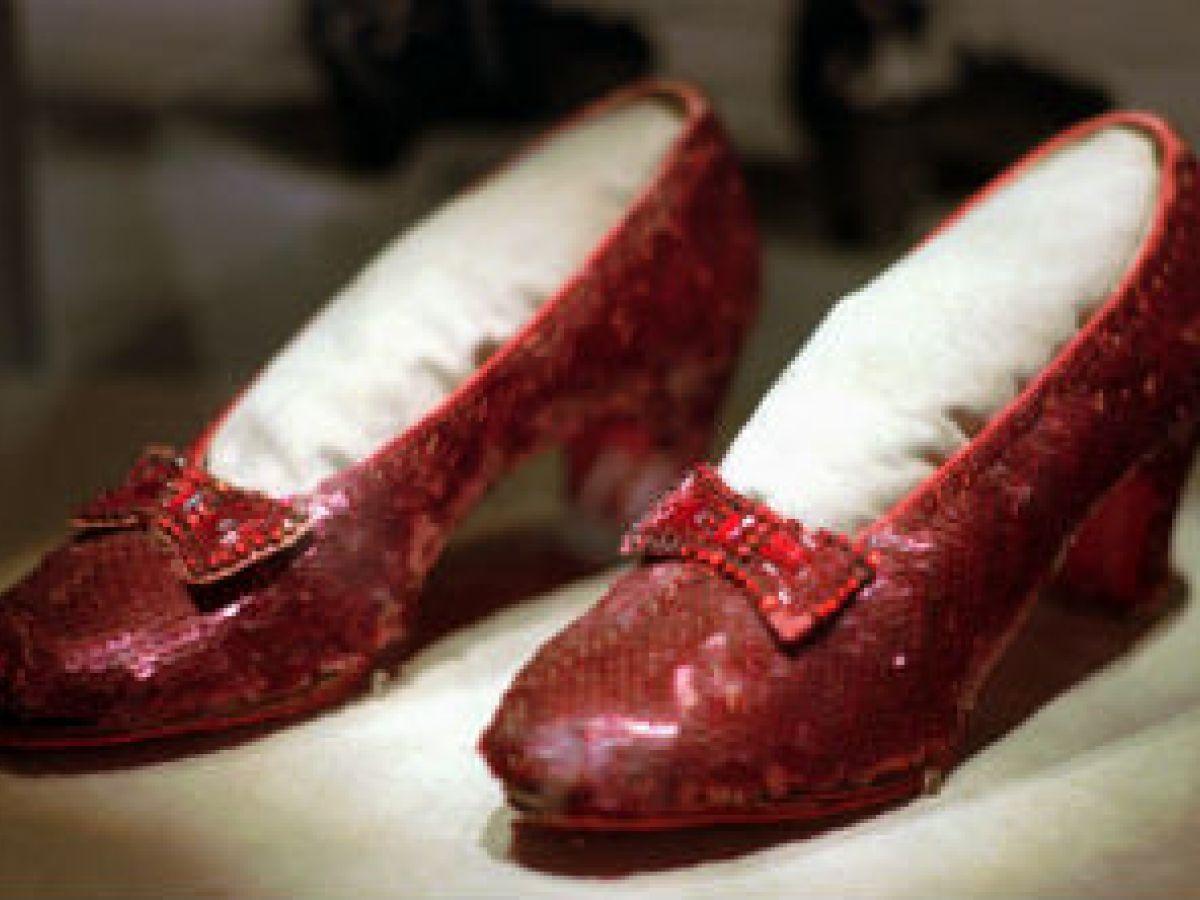 Aparecen los zapatos rojos de Dorothy
