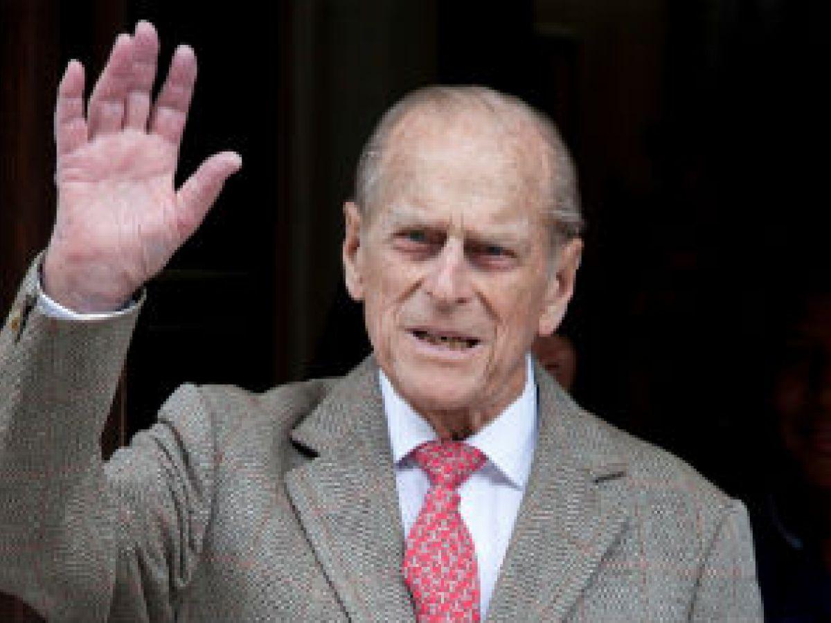 El duque de Edimburgo abandona el hospital tras una operación de cadera