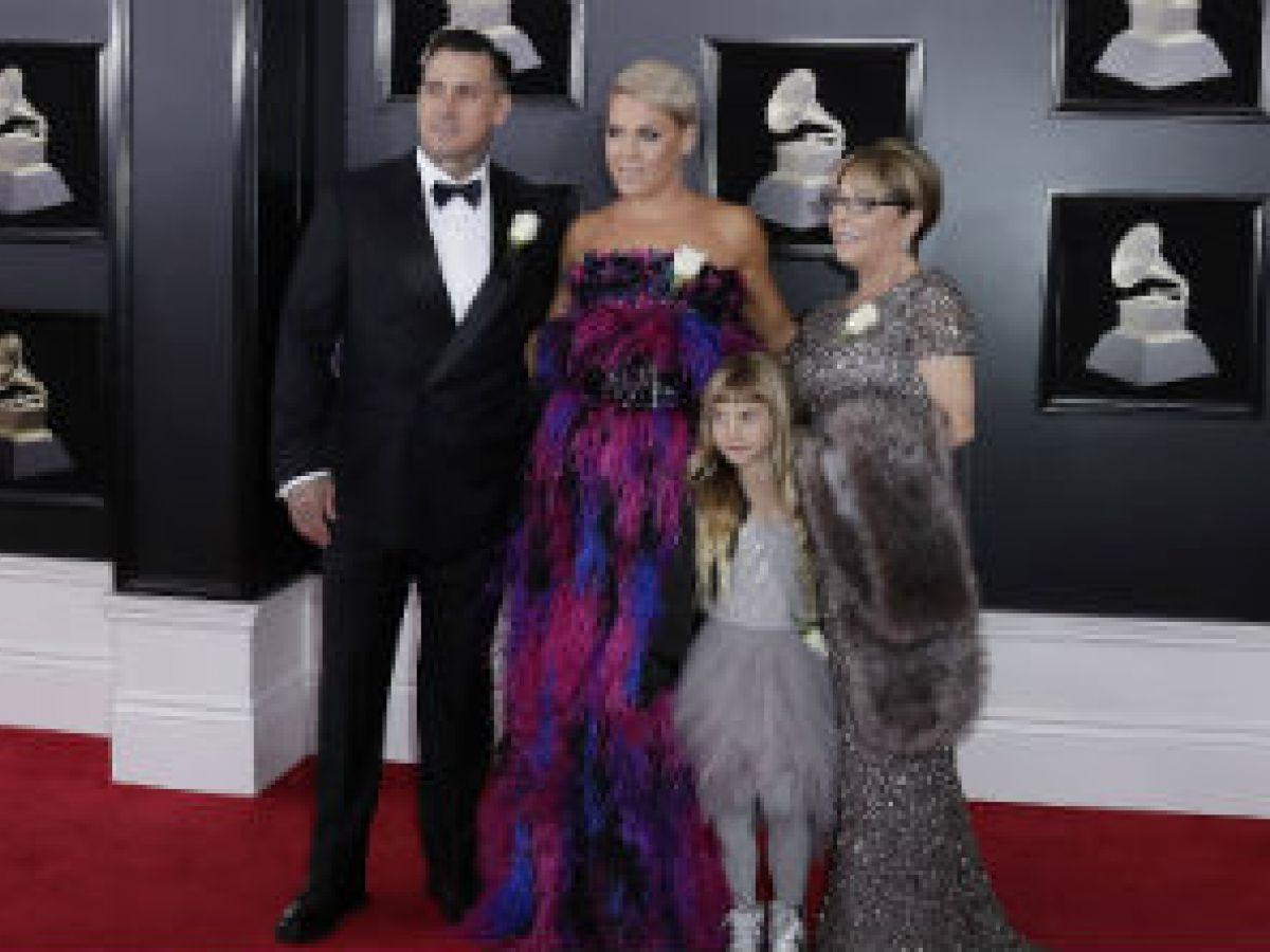 Brillan con su familia en la alfombra roja de los Grammy