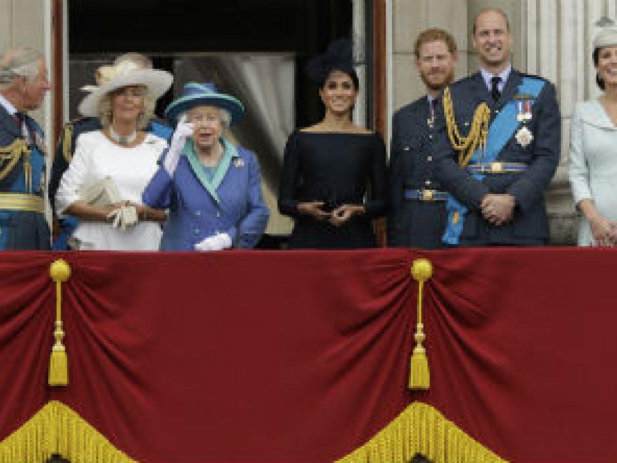 Reaparece la reina Elizabeth en acto oficial tras ausentarse del bautismo del príncipe Louis