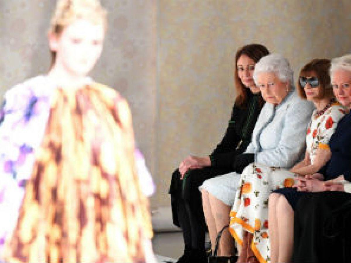 La reina Elizabeth II aparece por sorpresa en la Semana de la Moda de Londres