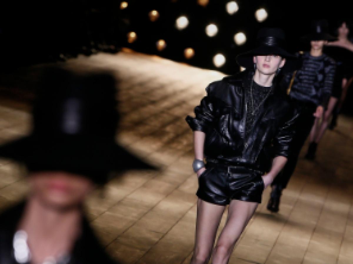 Saint Laurent viste París de negro con su colección más rockera