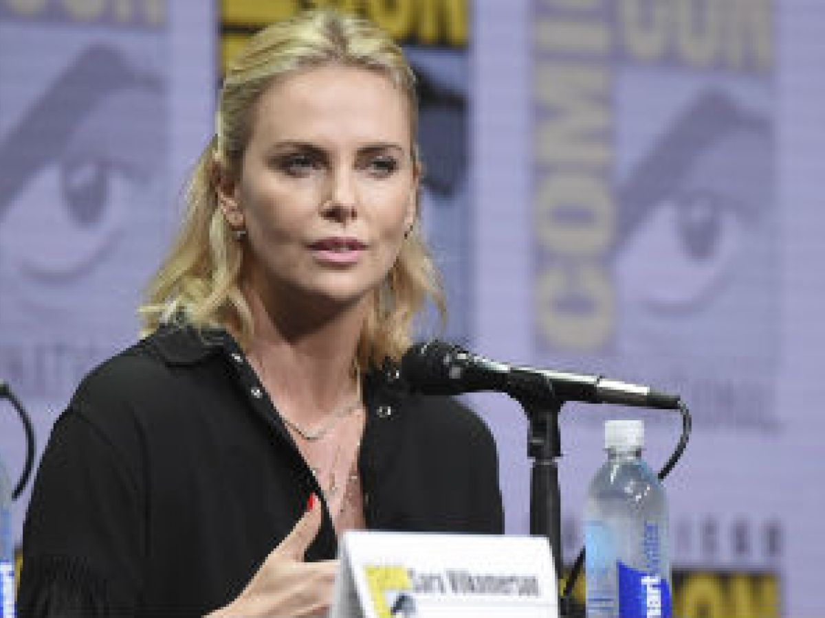 "Charlize Theron haría  el papel de  ""James Bond"""