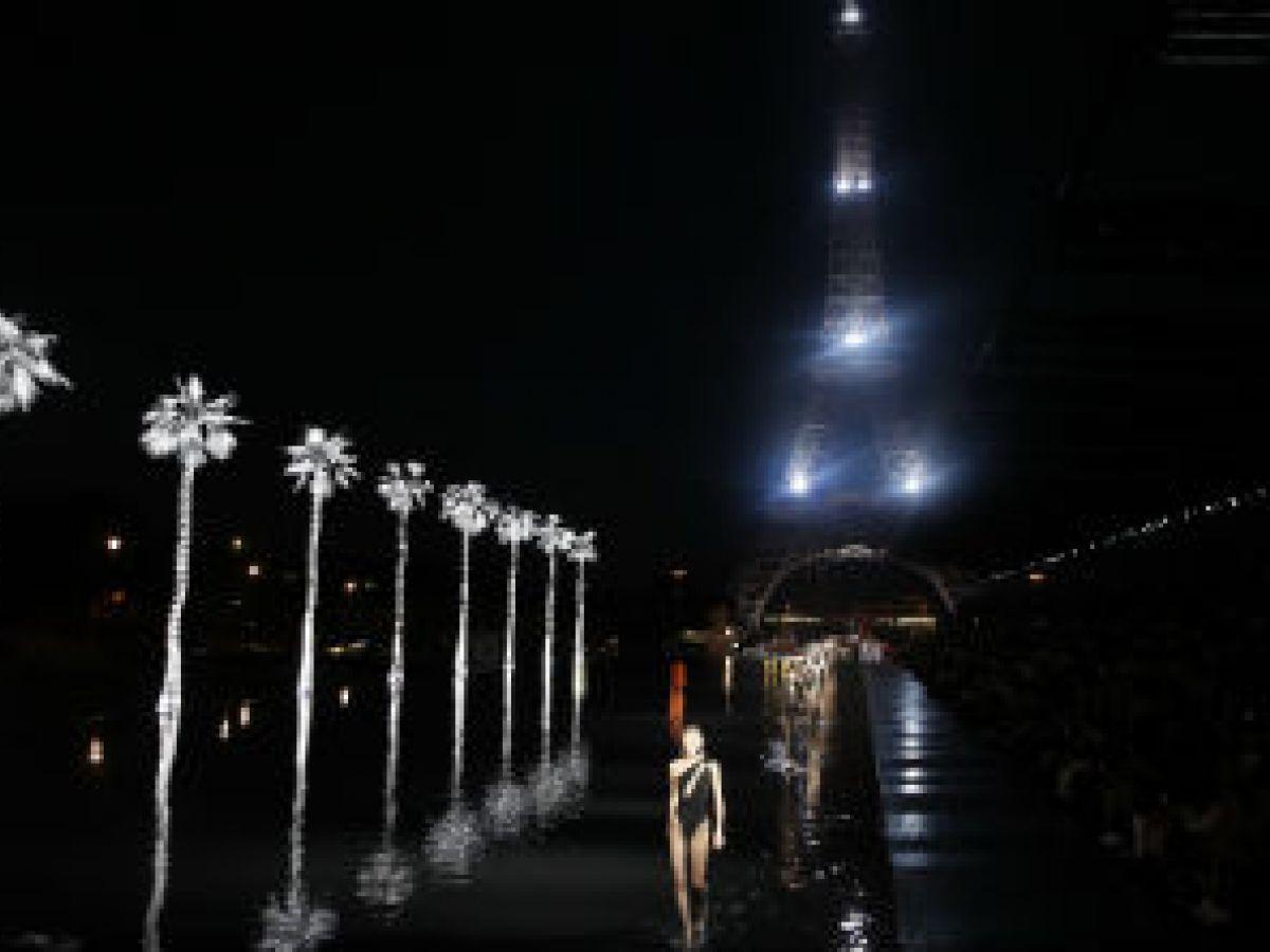 Saint Laurent presenta un desfile sobre las aguas en París
