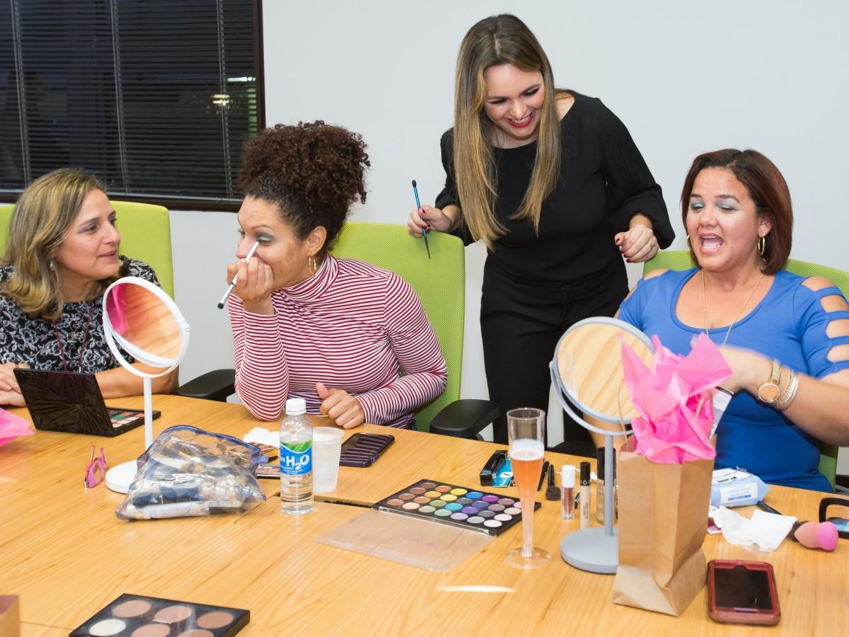Clase de maquillaje que muestra cómo hacer brillar tu rostro