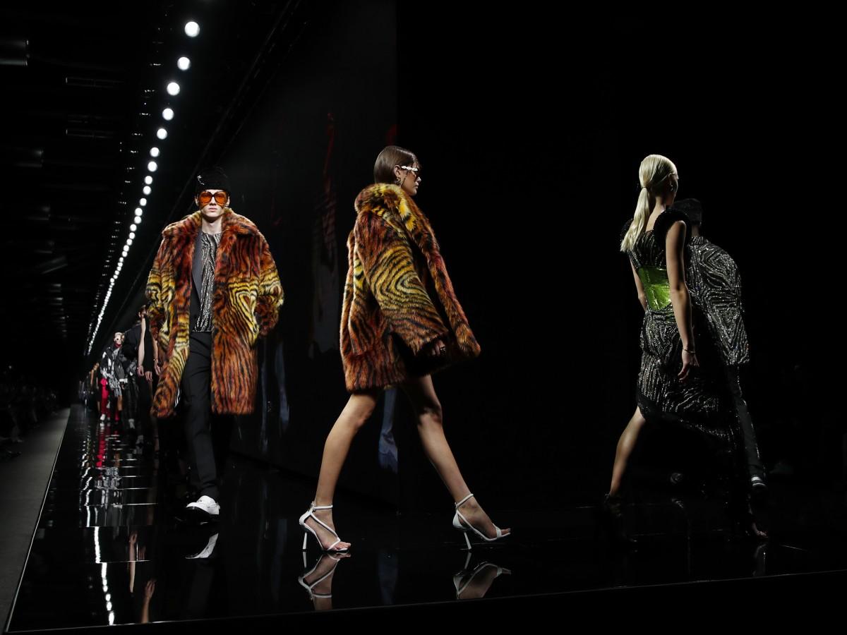 """Modelos famosas y """"rock and roll"""" en la pasarela de Versace"""