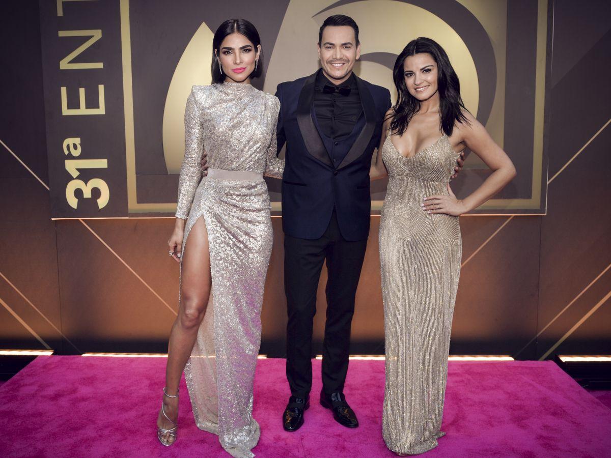La moda en la alfombra magenta de Premio Lo Nuestro