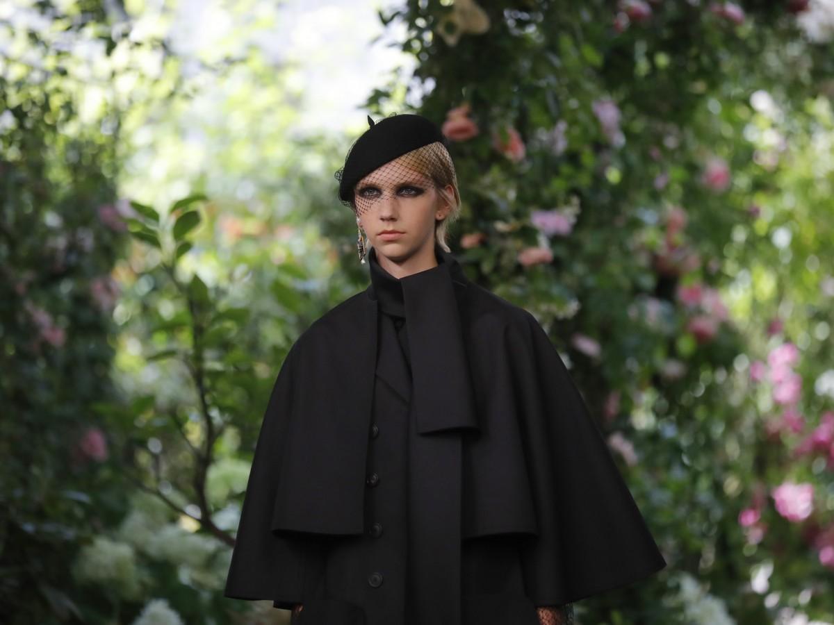 Dior se viste de negro en Paris para su colección otoño-invierno 2020
