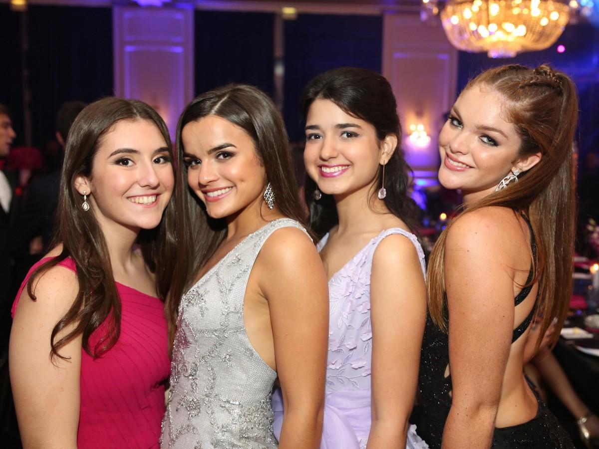 Derroche de elegancia en el prom de la Academia María Reina
