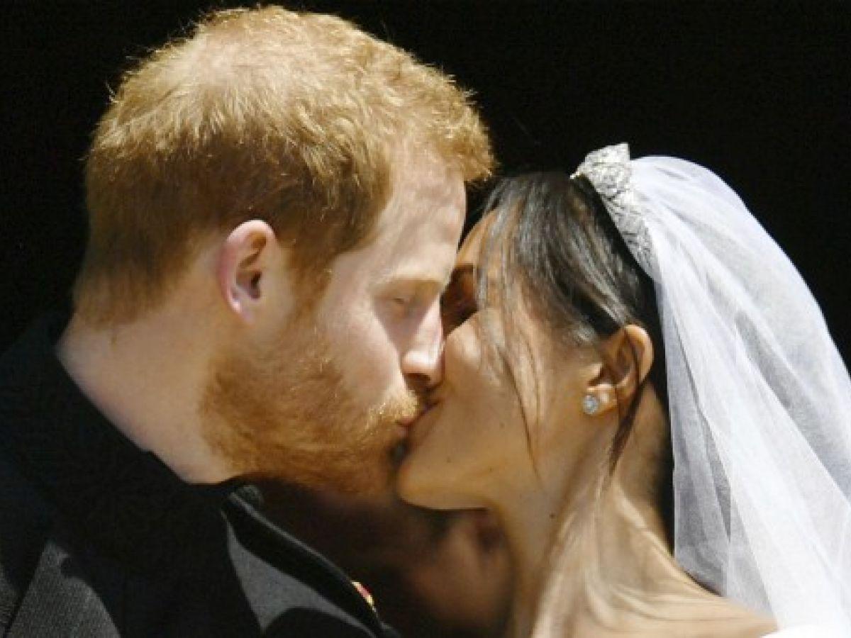 Sellan su amor con un beso