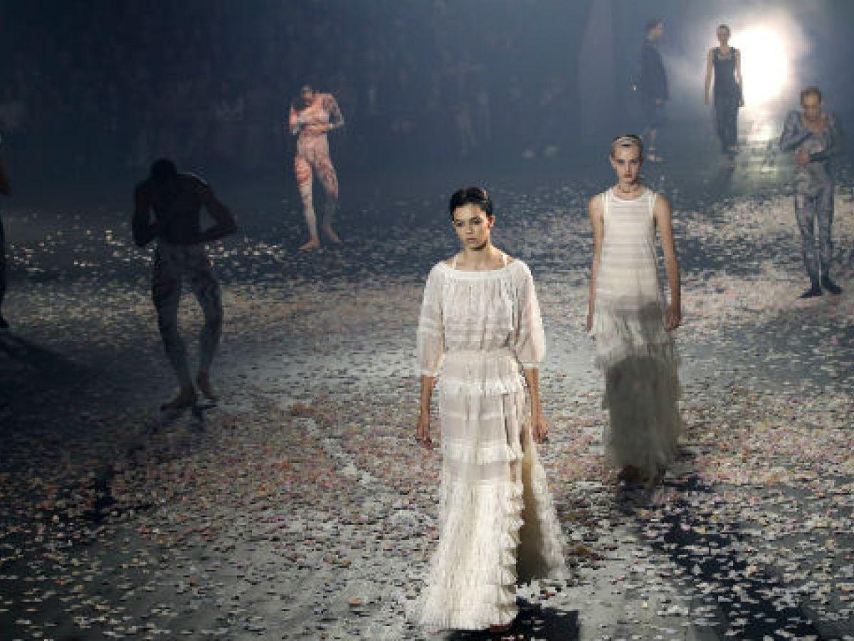 Dior celebra con moda y danza