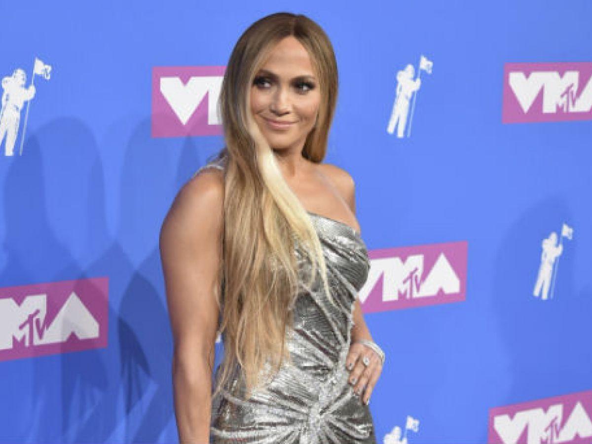 Jennifer López viste de plata (y oro) para su gran noche en los MTV