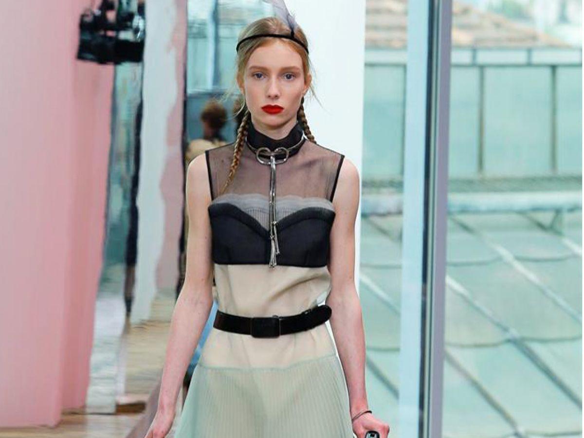 Medias a la rodilla y brasieres a la vista, la apuesta de Prada en Milán