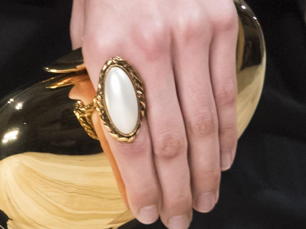 Luce el nuevo anillo de cóctel escultural