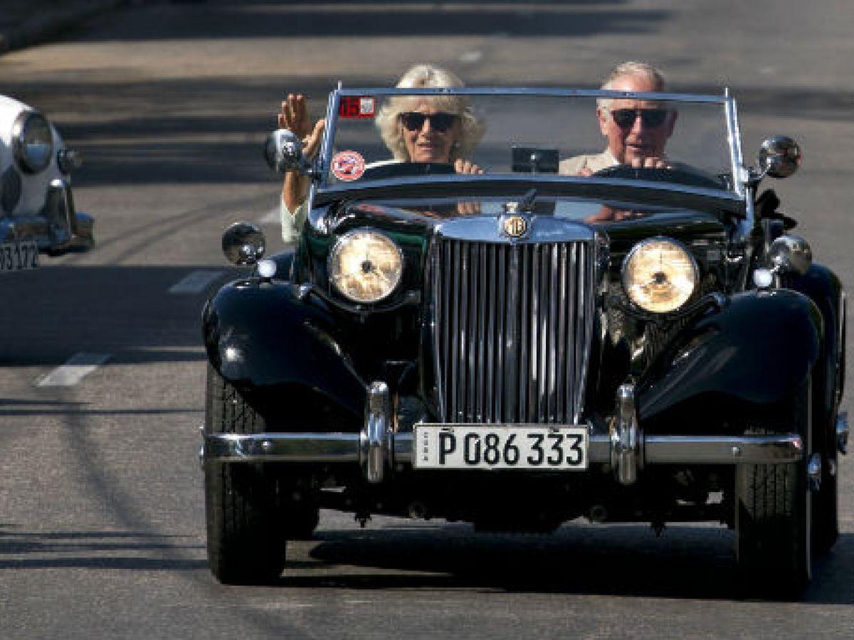 Entre John Lennon, los Rolling Stones y un auto antiguo el segundo día de visita a Cuba del príncipe Charles y Camila