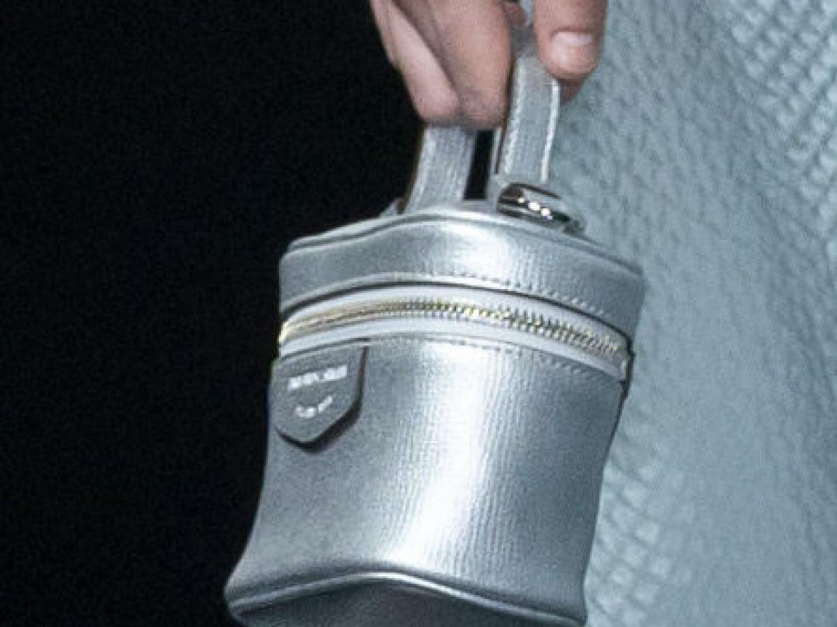 El bolso rígido se reinterpreta con aire retro y femenino
