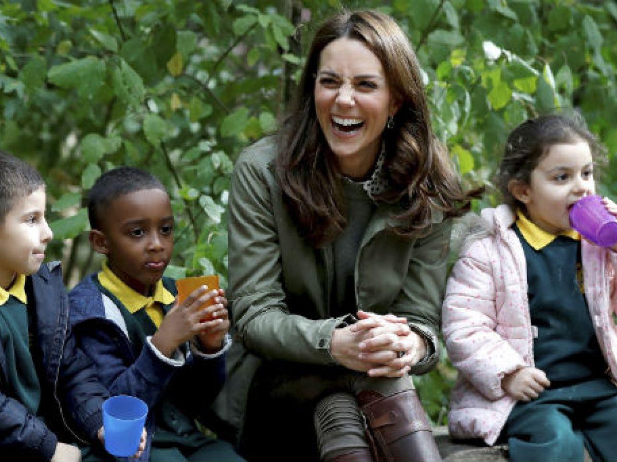 Kate Middleton disfruta con estudiantes de escuela elemental durante su primer evento oficial