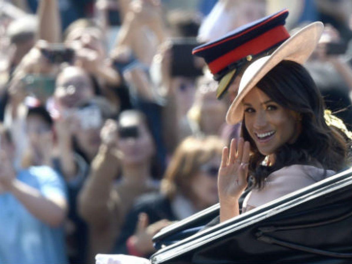 Deslumbrante Meghan Markle para celebrar a la reina Elizabeth II