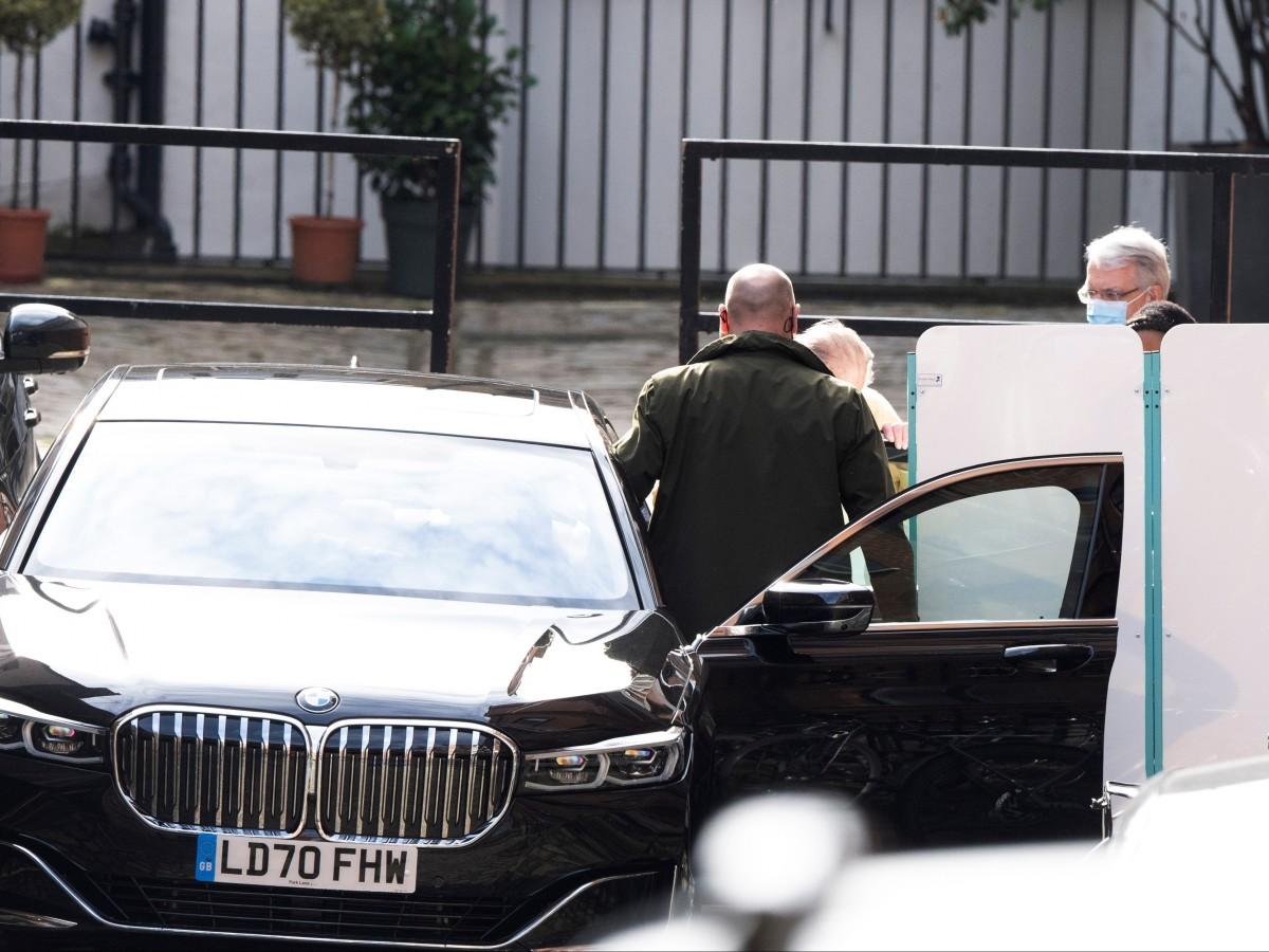 El príncipe Philip sale del hospital tras un mes ingresado