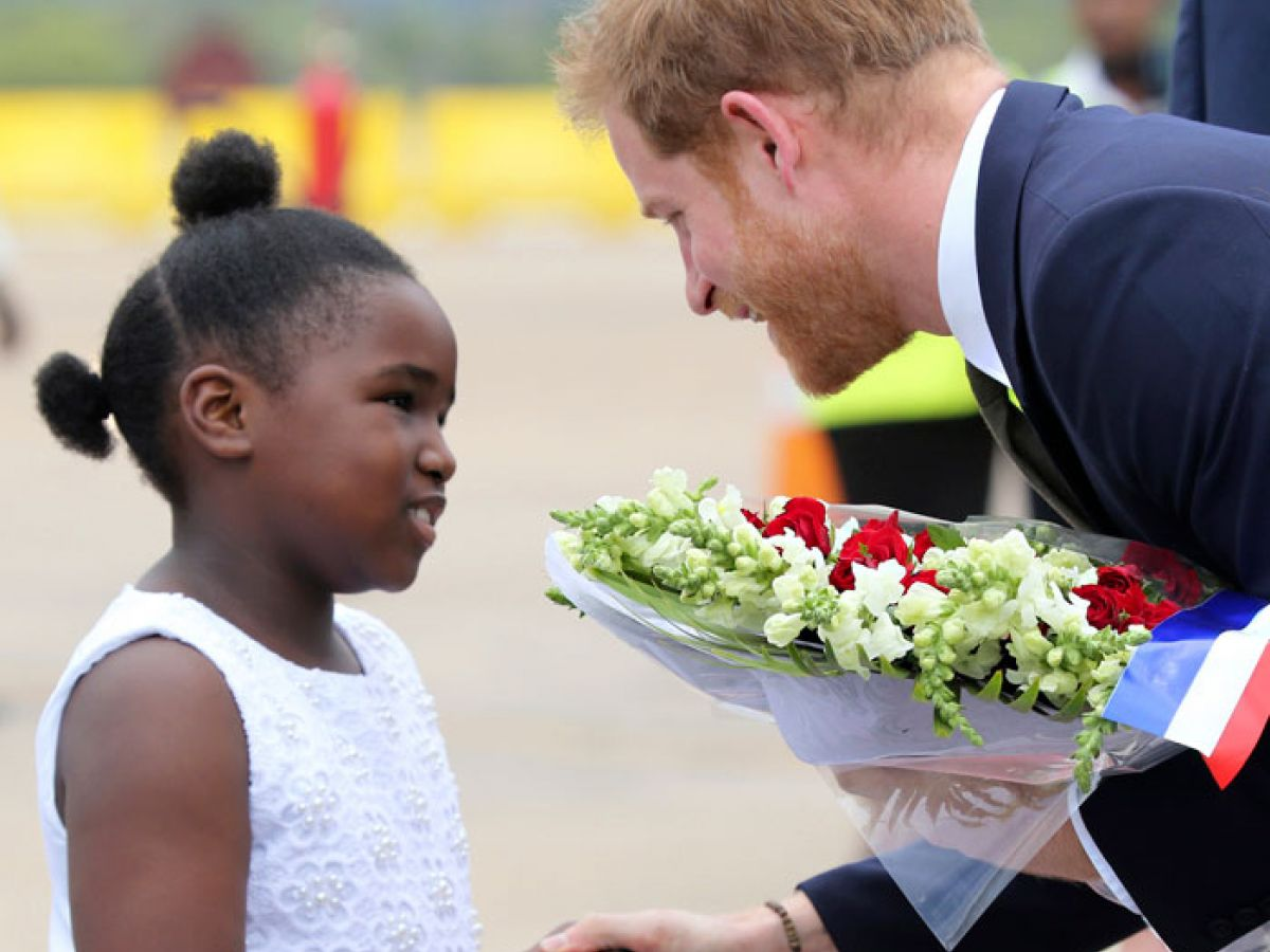 El colorido encuentro del príncipe Harry con el Circo de Zambia