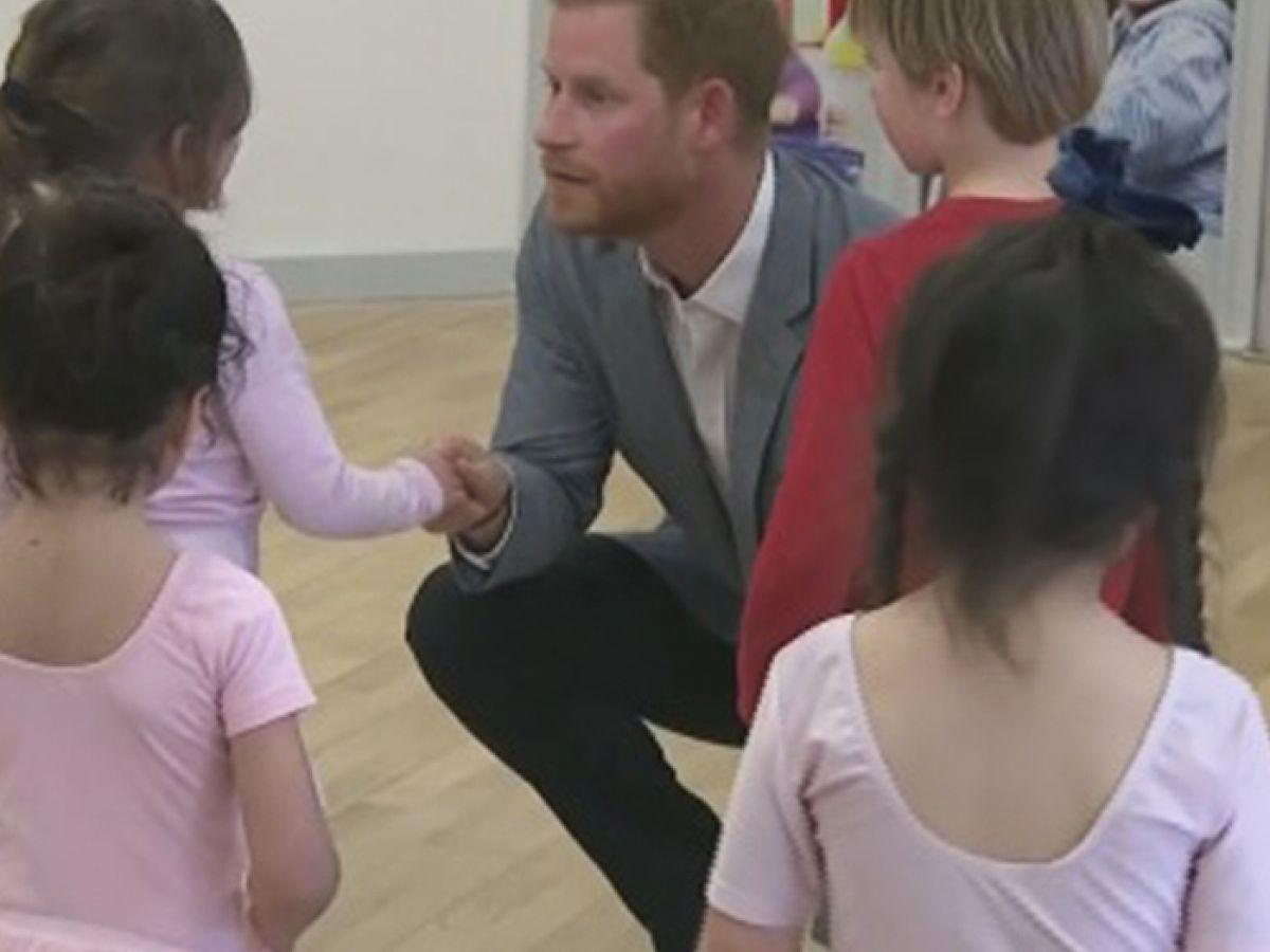 Tienes que ver al príncipe Harry practicando ballet y haciendo sonreír a una bebé