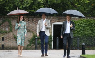 Los príncipes William y Harry rinden homenaje a la princesa Diana