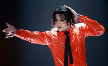 Balmain homenajea a Michael Jackson y llena la pasarela de lentejuelas