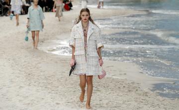 """Chanel lleva la playa a París y se rinde a las tendencias """"millennials"""""""