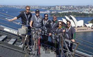 El príncipe Harry sube al Puente de Sídney para izar la bandera de los Juegos Invictus