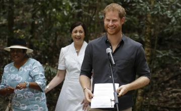 El príncipe Harry visita en Australia la isla de arena más grande del mundo