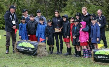 El príncipe Harry da aliento a niños neozelandeses con padres en prisión
