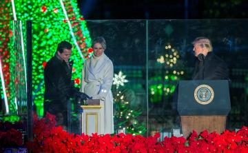 Melania enciende las luces del Árbol Nacional de Navidad junto a su esposo