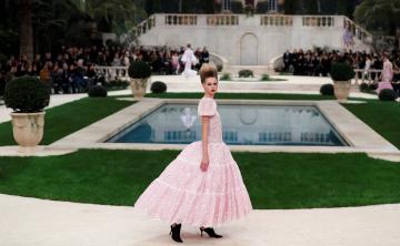 Chanel convierte un París nevado en una villa italiana para la Alta Costura