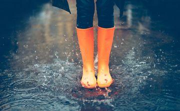 Botas modernas bajo la lluvia