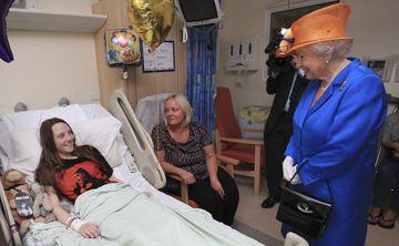 Isabel II visita a los menores heridos en Manchester