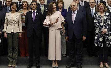 La reina Letizia luce un conjunto rosado de Zara