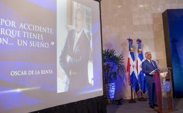 Un premio honrará a Oscar de la Renta, el inmigrante que no olvidó orígenes