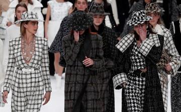 Chanel rinde homenaje a Karl Lagerfeld en París