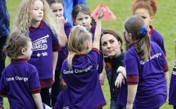 La duquesa de Cambridge juega fútbol en Irlanda