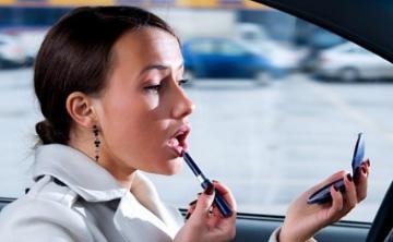 Cosas que toda mujer debe tener en el auto