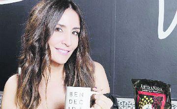 Stella Nolasco muestra su café