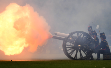 Más de cien cañonazos celebran el nacimiento del sexto bisnieto de Elizabeth II