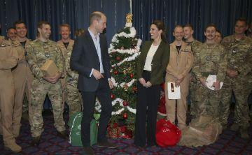 Los duques de Cambridge llevan regalos a las fuerzas del Reino Unido en Chipre